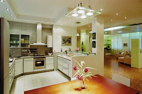 Дизайн потолка для гостиной совмещенной с кухней