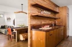 Деревянный интерьер кухни