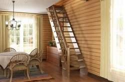 Деревянный интерьер с лестницей