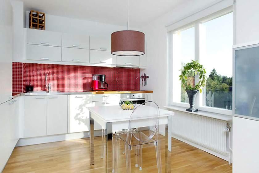 белая кухня и красный фартук фото