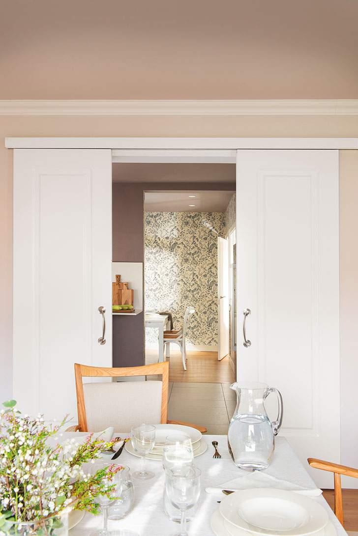 белые раздвижные двери двойные в гостиной