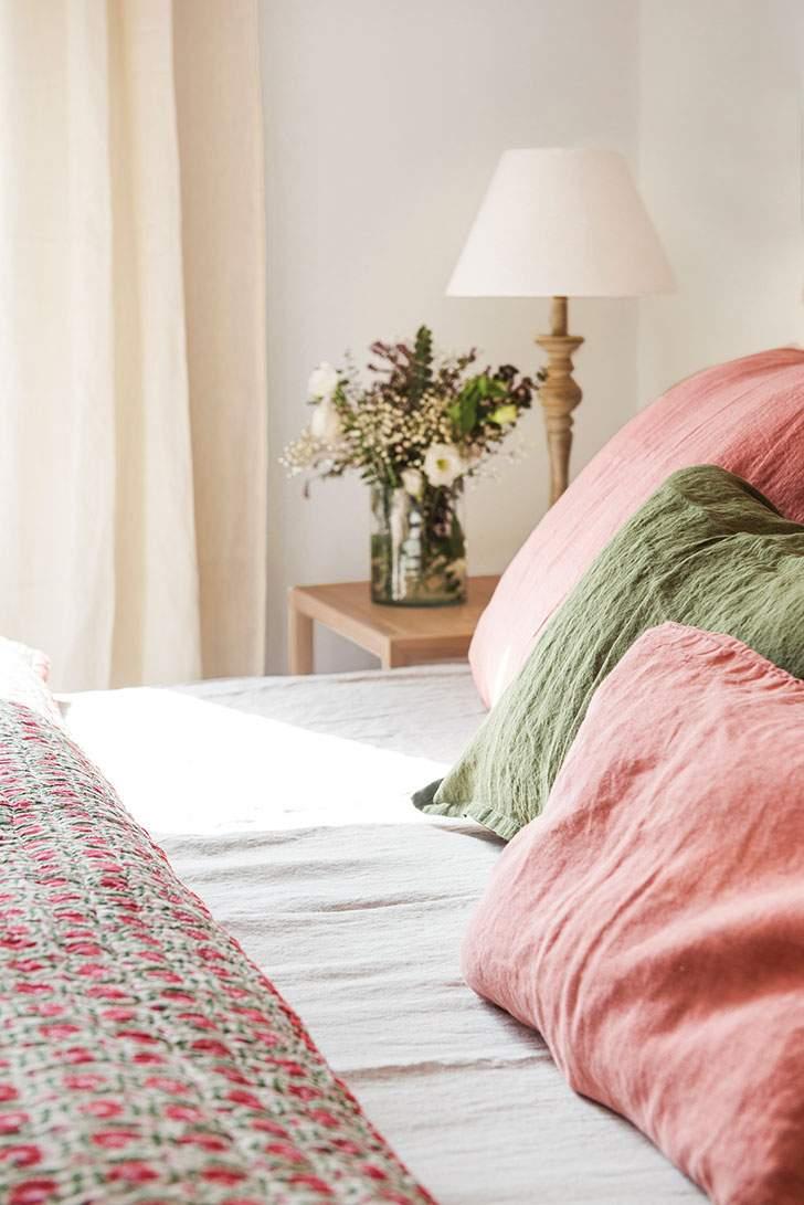 розовые подушки на кровати в спальне