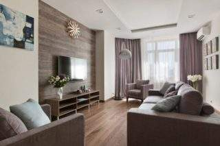 дерево на стене за телевизором в дизайне интерьера