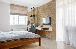 деревянная мозаика на стене с телевизором