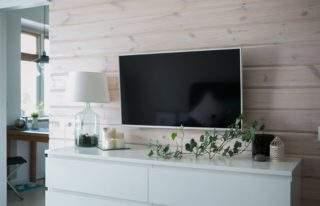 имитация бруса на стене с телевизором в интерьере