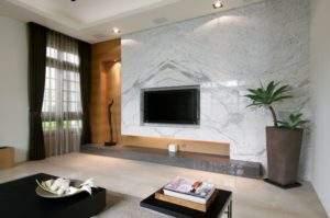 мрамор на стене за телевизором в интерьере гостиной