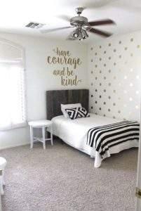 золотой горошек на стене в интерьере спальни