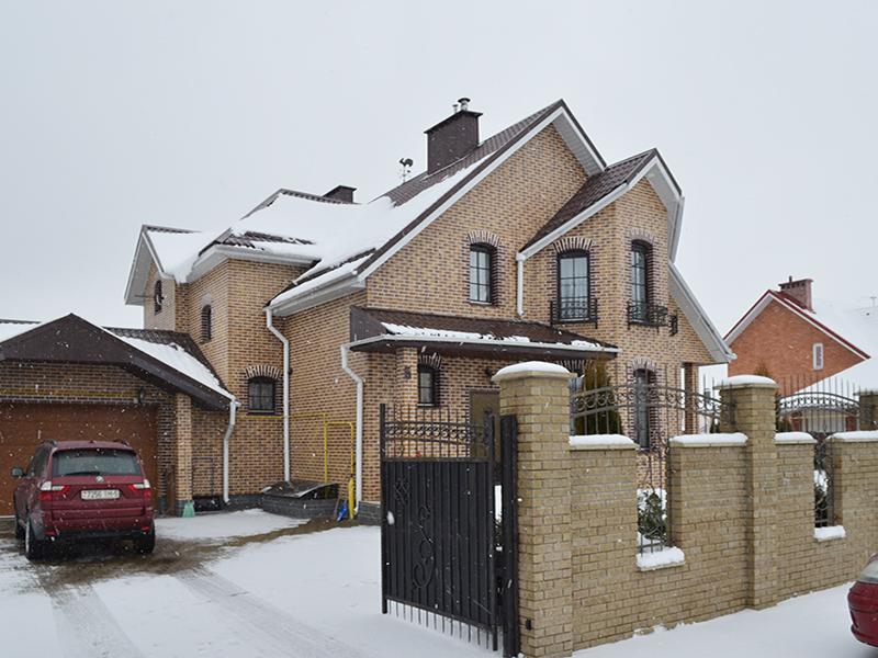 dom-oblicovannyj-kamnem-pod-kirpich