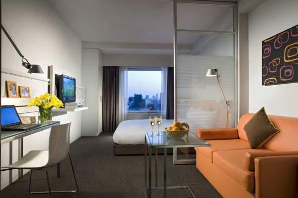 стеклянная перегородка между спальней и гостиной